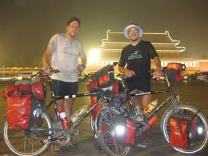 Nach 10.000 km: Naechtliche Ankunft auf dem Platz des Himmlischen Friedens in Beijing (Peking / China).